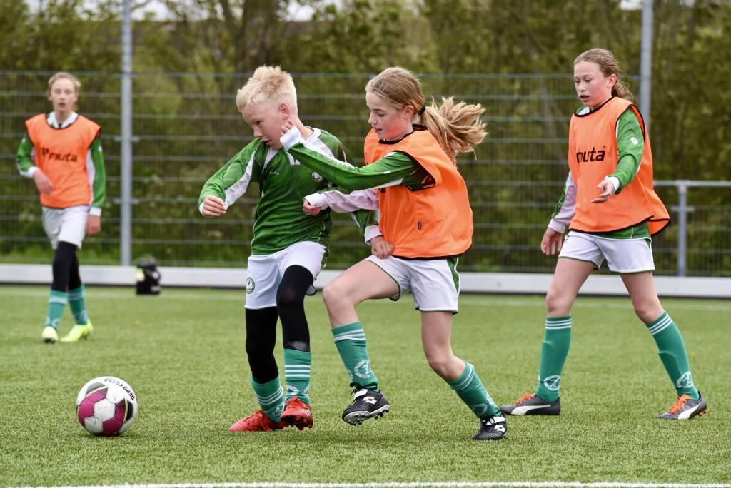 De meiden van MO13-1 speelden afgelopen zaterdag tegen JO12-2.(Foto: Frans Bode)