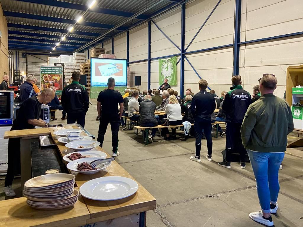 Sander Alberda vertelt aan de aanwezigen het verhaal achter Nesta Shipping tijdens de Meet & Greet tussen A-selectie en leden Businessclub. (Foto: Frans Bode)
