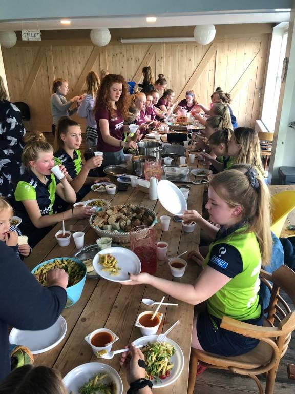 Dames 1 sluit elke thuiswedstrijd gezellig af met een heerlijke lunch met de tegenstander.