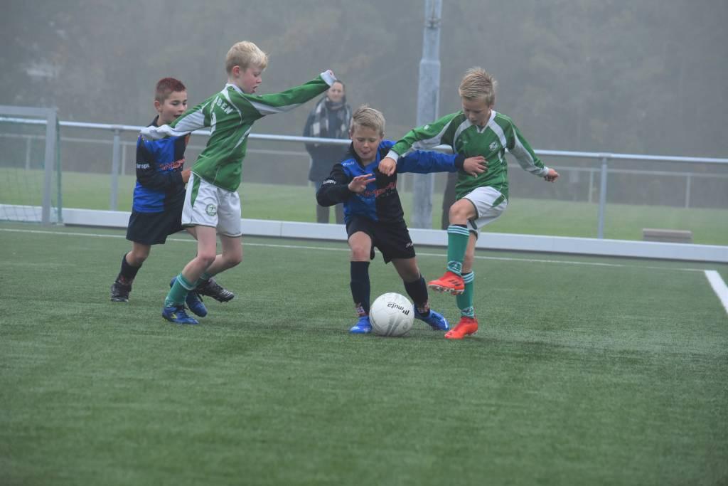 Fc Harlingen JO10-1 nam het in eigen voetbalarena op tegen de jongens van Zeerobben. (Foto: E.c.A)