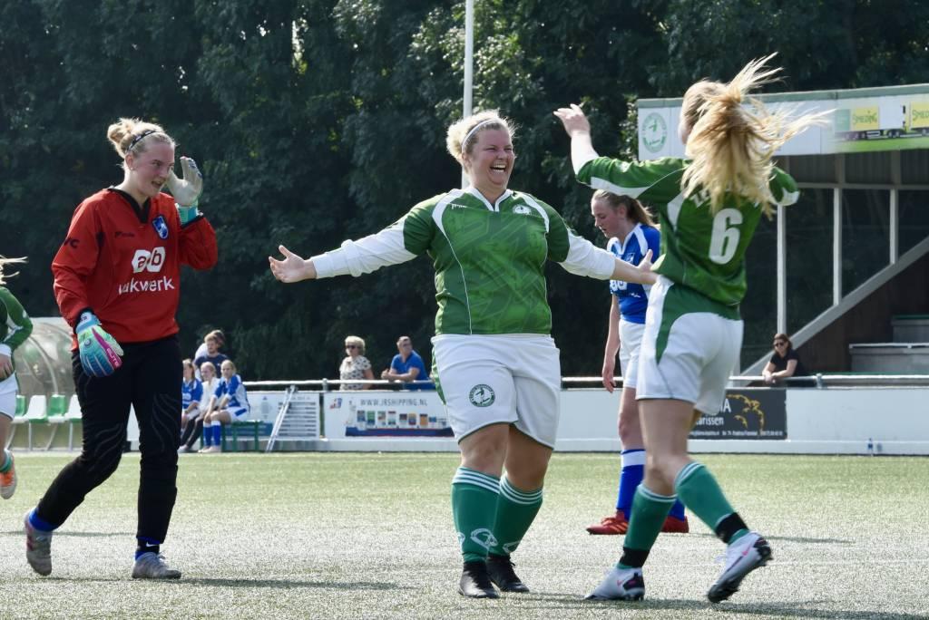Blijdschap en teleurstelling in de wedstrijd van VR1. Rebecca Zwart heeft weer gescoord. Esme Torenbeek is blij. De keeper van AVC teleurgesteld.(Foto: Frans Bode)