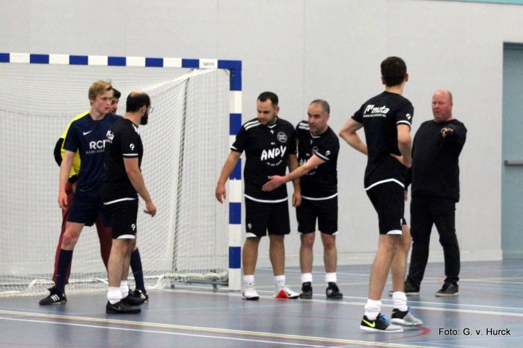 Smoordruk voor ut BuurtBazen doel tijdens de wedstrijd BuurtBazen-RCM Administratie.