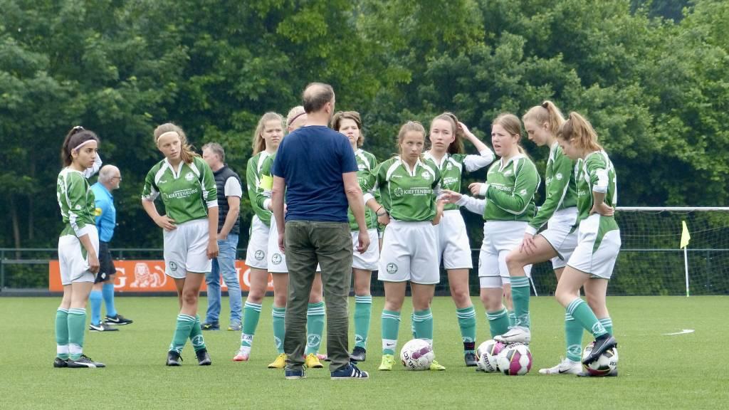 Voor het eerst sinds lange tijd weer een korte peptalk van Harrit Kingma voor zijn meiden van MO17 voor aanvang van de wedstrijd. (Foto: Gertjan Miedema)