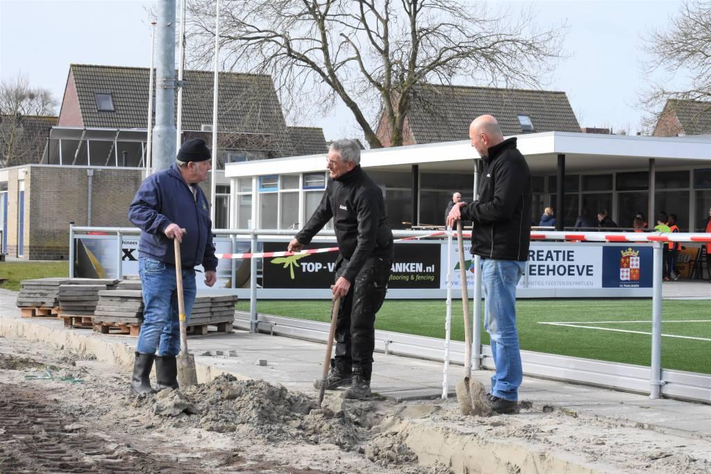 Klaas van der Hoek, Siefko Jager en Willem Noorloos in gesprek bij een van de putten die verwijderd moesten worden. (Foto: E.c.A)