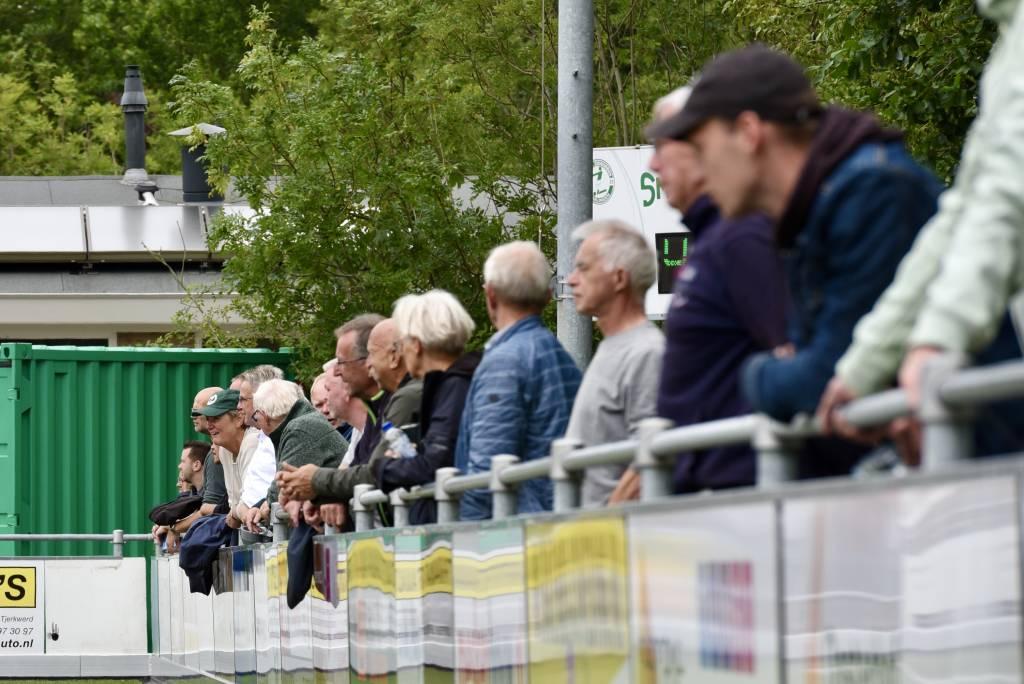 Sportief droeg burgemeester Ina Sjerps de Zeerobben-cap tijdens de oefenwedstrijd van Zeerobben tegen Wolvega. (Foto: Frans Bode)