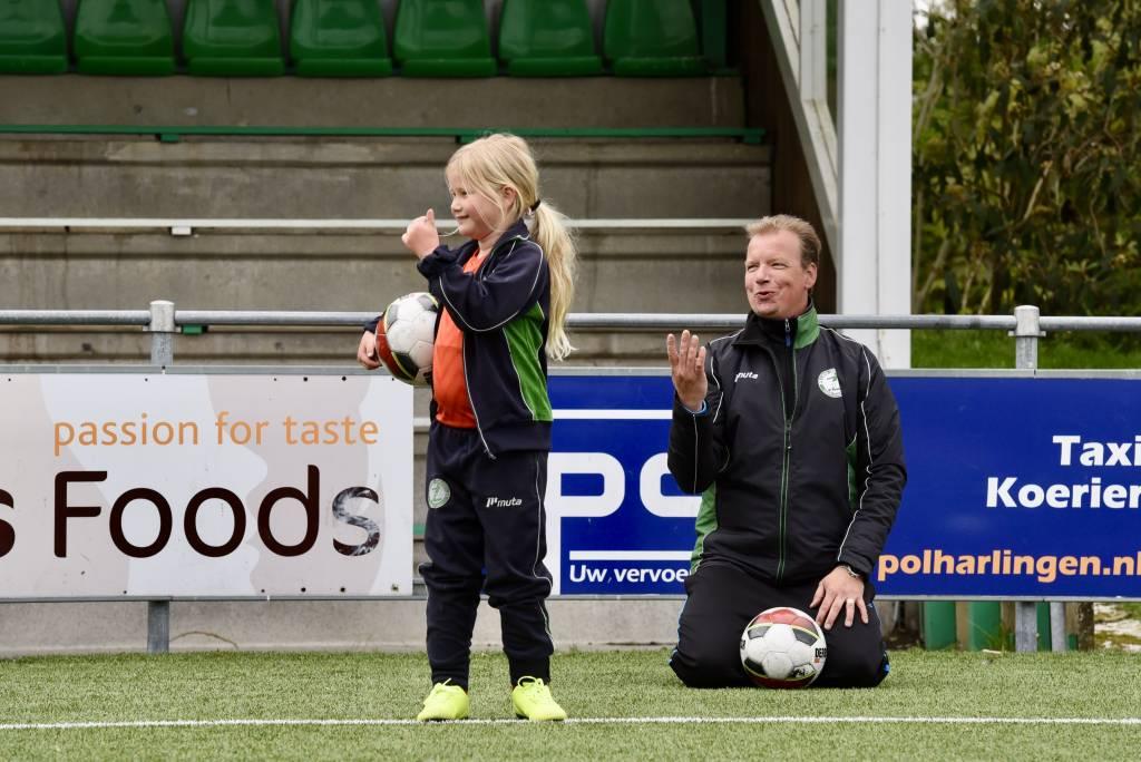 In één beeld gevangen. Zowel kinderen als jeugdtrainers genieten weer volop van de eerste training bij Zeerobben. (Foto: Frans Bode)