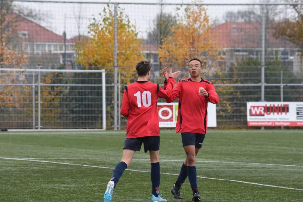 Het regende weer doelpunten bij fc Harlingen JO15-1 en de vele 'high fives' werden uitgedeeld.(Foto: E.c.A.)
