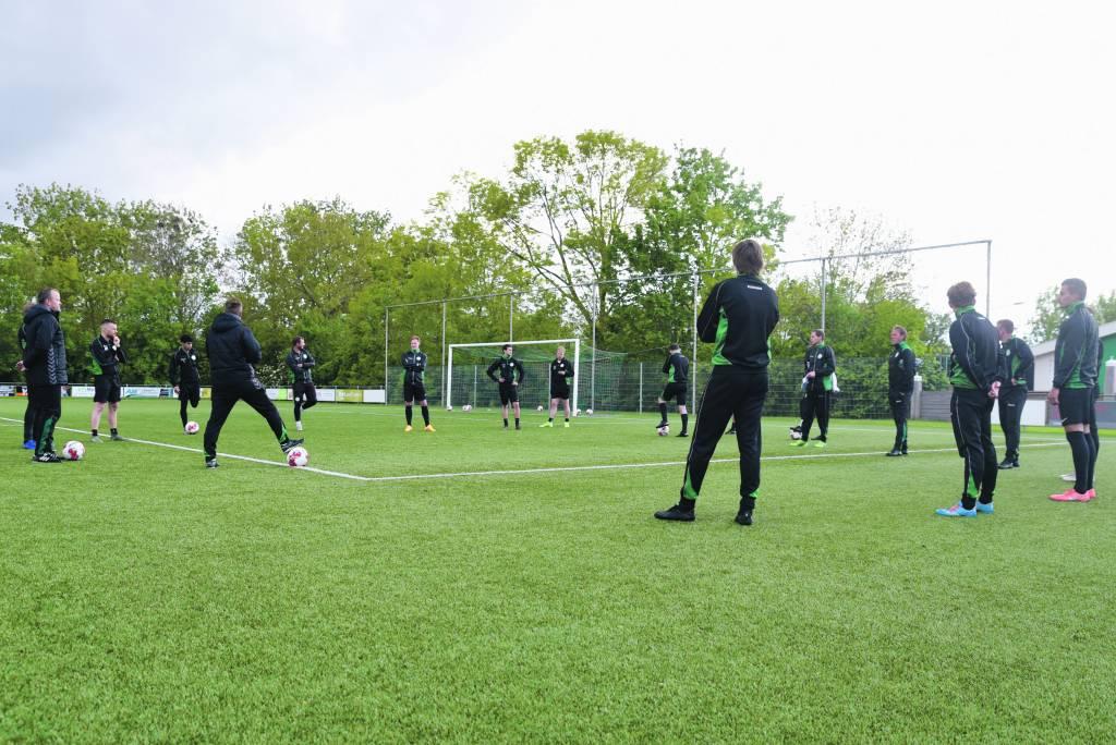 De training wordt weer hervat. Trainer Arjen Postma heet de spelers welkom en vertelt wat de bedoeling is. (Foto: Frans Bode)