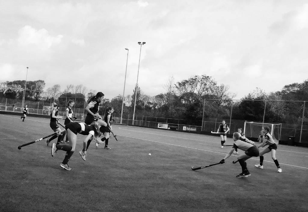 Ro ontwijkt de bal door sprong in de lucht.(Foto: Maurits van Dijk)