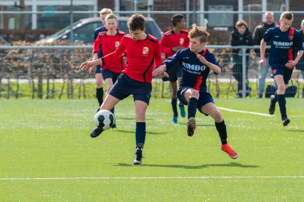 JO15-1, dit keer spelend in het rood, kwam al vroeg op voorsprong.(Foto: P. IJdema)