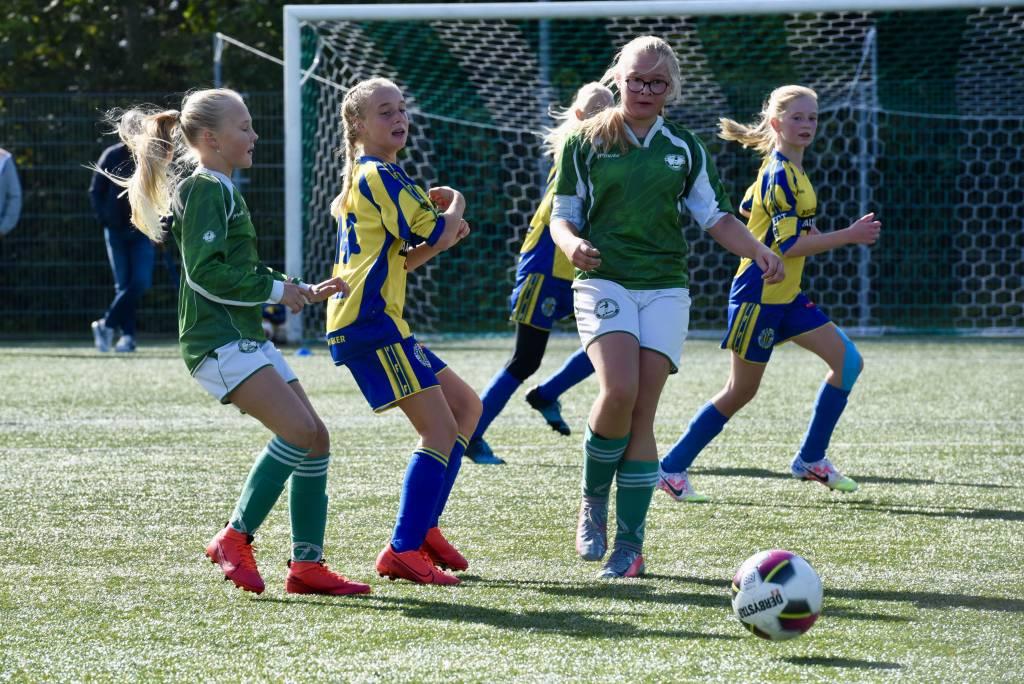 De meisjes van MO13-2 verloren met 8-0 van Franeker. Morgen nieuwe kansen tegen vv Sneek Wit Zwart. (Foto: Frans Bode)