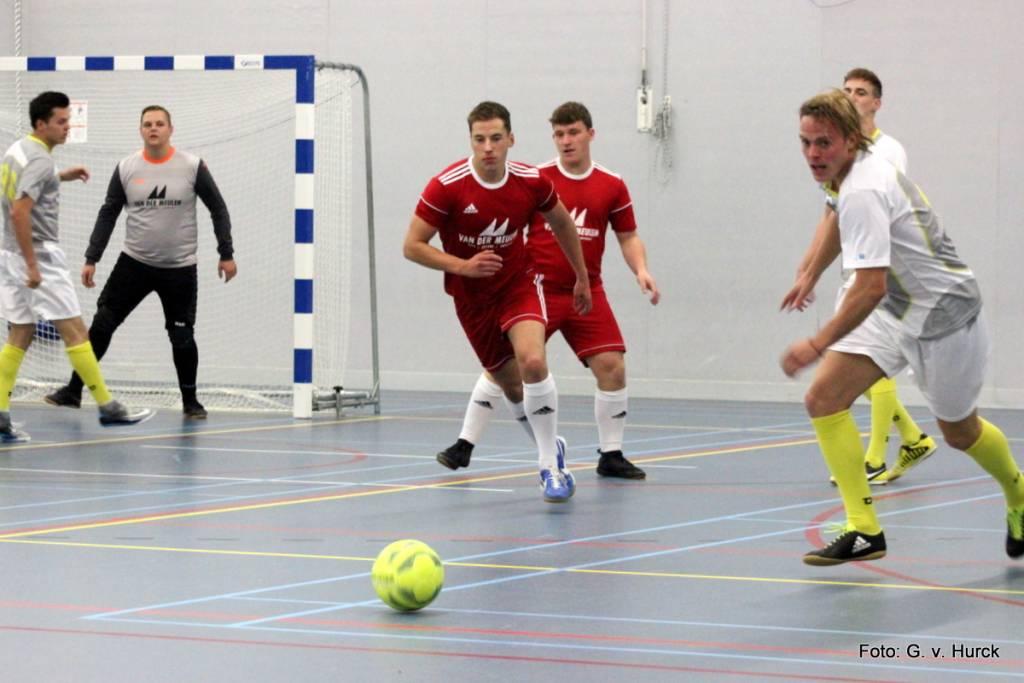 V.d. Meulen zoekt de aanval tijdens de wedstrijd Broodje Nuchter-van der Meulen.