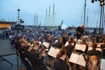 Wiebe van 'der Ploeg' zong Mooie stad aan het Wad met groot orkest