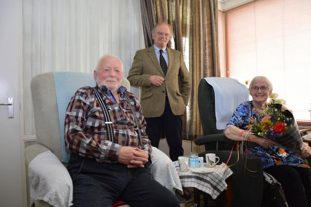 Burgemeester Roel Sluiter heeft het echtpaar, met inachtneming van de richtlijnen van het RIVM, gefeliciteerd op maandag 3 mei 2021.(Foto: Ubbo Posthuma)