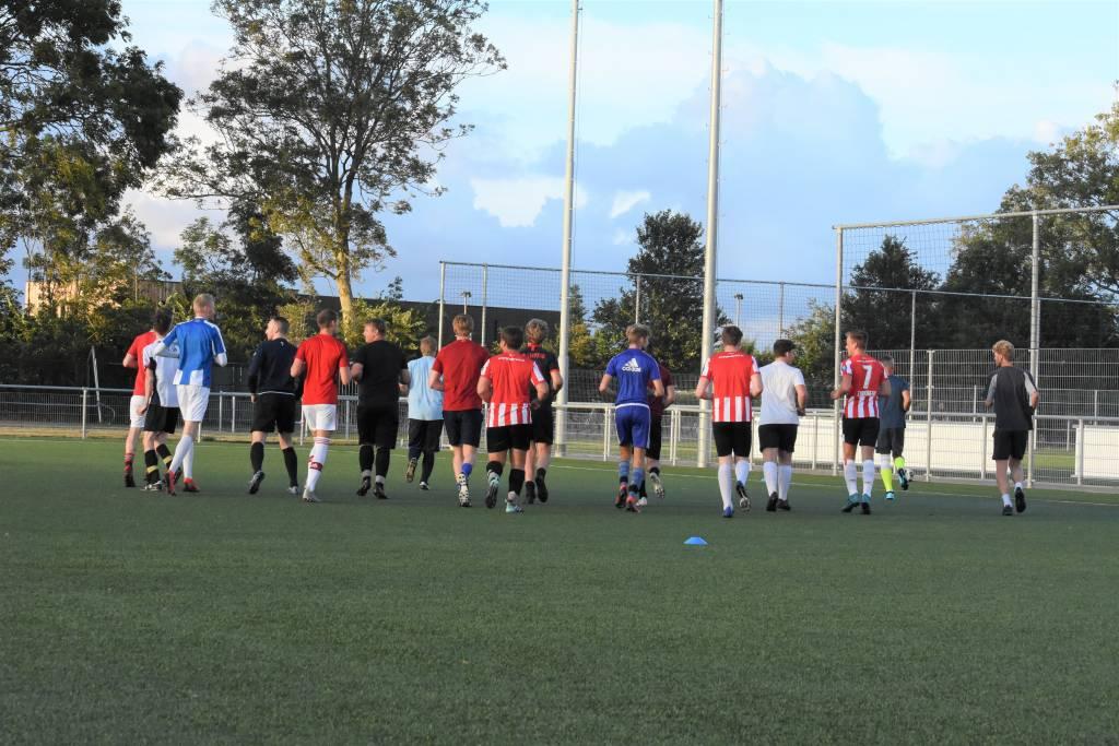 Fc Harlingen heeft de eerste trainingen van het seizoen achter de rug. Dinsdagavond begon de A-selectie aan de voorbereiding op het nieuwe seizoen. (Foto E.c.A.)