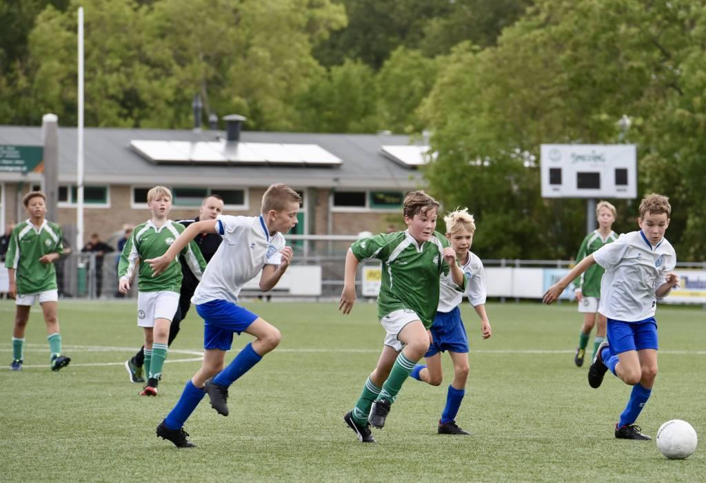 Het JO13-2 team van Zeerobben speelde als eerste team van de jeugdafdeling, sinds de stillegging van de competitie in maart, weer een officiële wedstrijd.(Foto: Frans Bode)