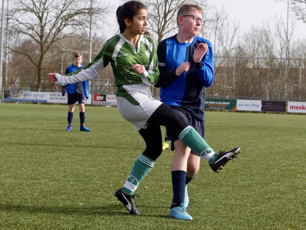 De meiden van JO15-5 verloren de derby van de mannen van fc Harlingen. (Foto: Gert Jan Miedema)
