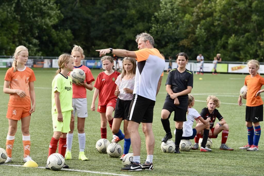 Geen training op het A-veld maar in het Abe Lenstra stadion voor de meiden van MO13-1 en MO13-2. (Foto: Frans Bode)