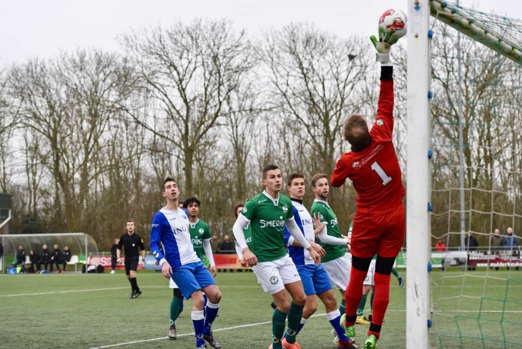Keeper Jacob de Vries moet zich strekken om een doelpunt  voor Blauw Wit te voorkomen. De wedstrijd eindigde uiteindelijk in 3-3. (Foto: Frans Bode)