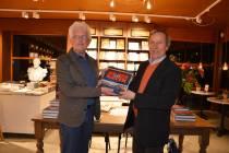 Eerste exemplaar 'Harlingen Zeehaven' voor bouwmeester Gerald de Weerdt