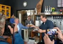 Red de Vloot Bier: het eerste flesje voor de wethouder