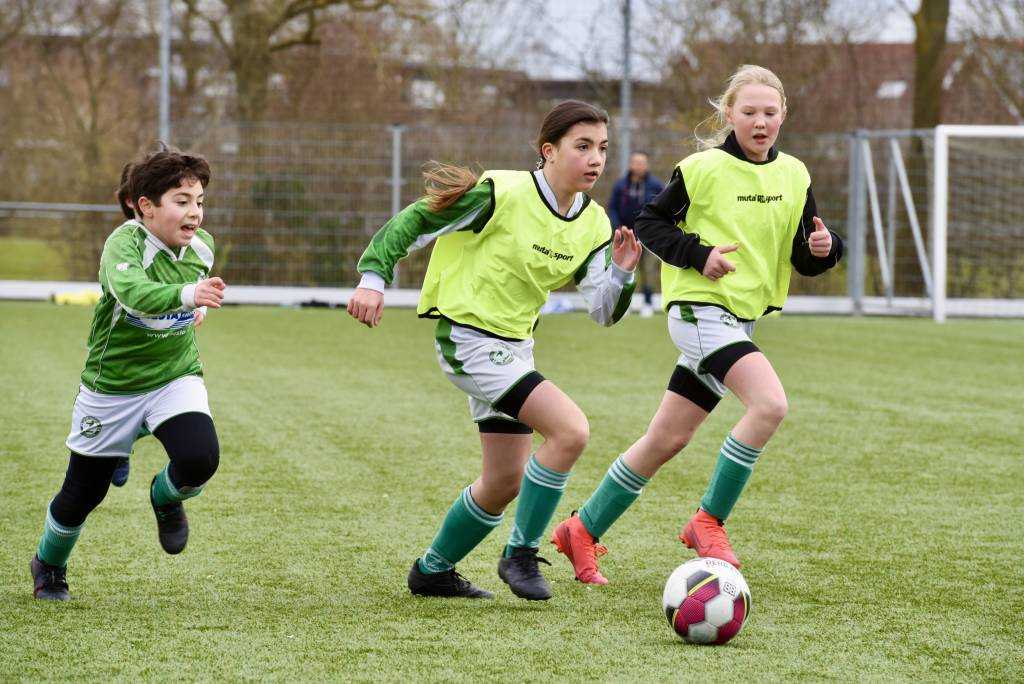 De meiden van MO13 speelden een oefenwedstrijd tegen de jongens van JO12-2. (Foto: Frans Bode)