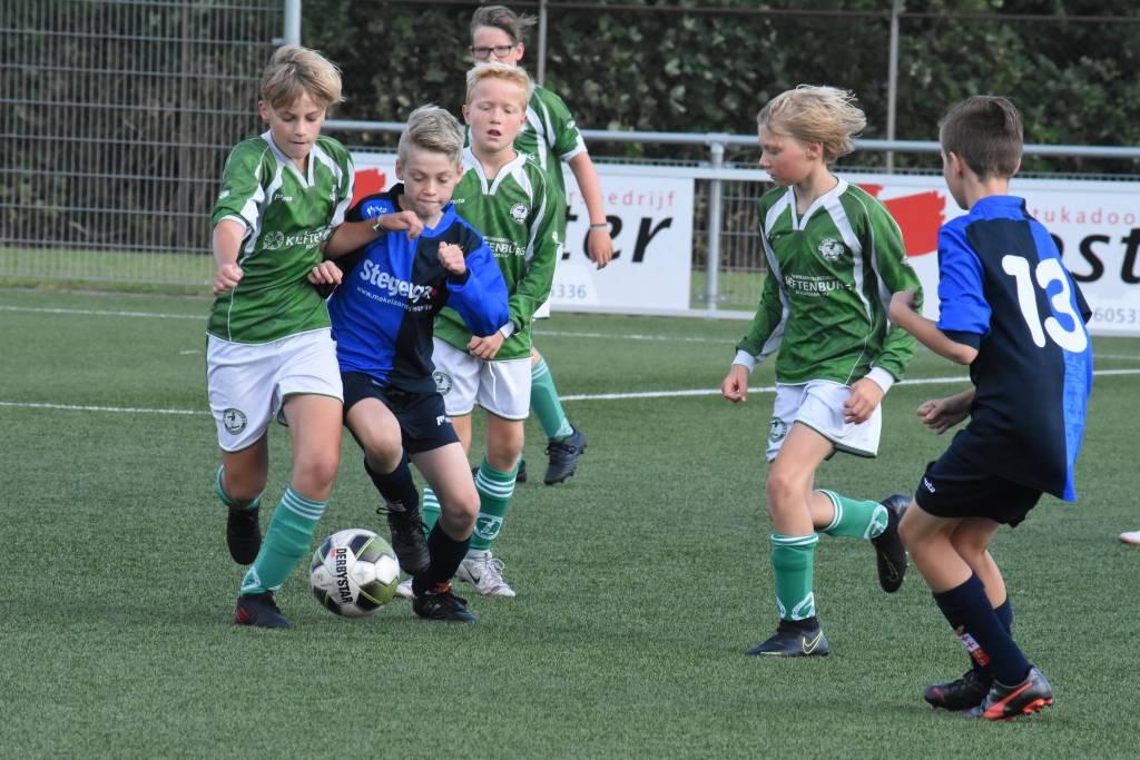 Fc Harlingen JO13-1 oefende tijdens de voorbereidingen op het nieuwe seizoen onder andere tegen Zeerobben JO13-1. Een stadsderby die fc Harlingen wist te winnen met 1-0. (Foto: E.c.A.)