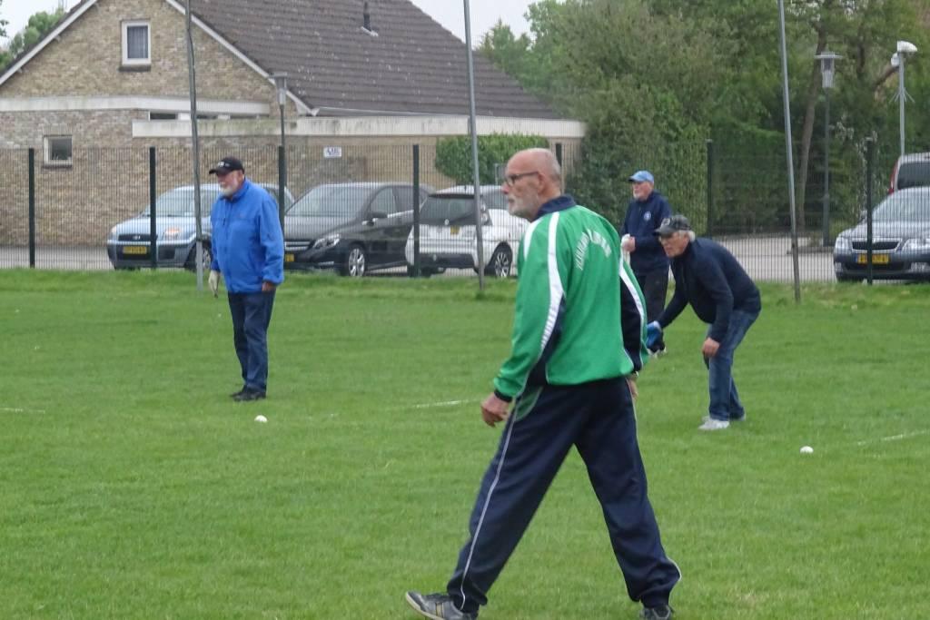 De mannen in oppertse concentratie ook koploper Wiebe Dijkstra, in ut groen.